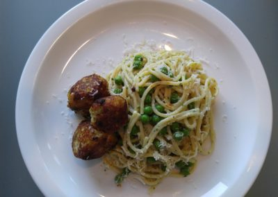Spaghetti and peas with chicken meatballs